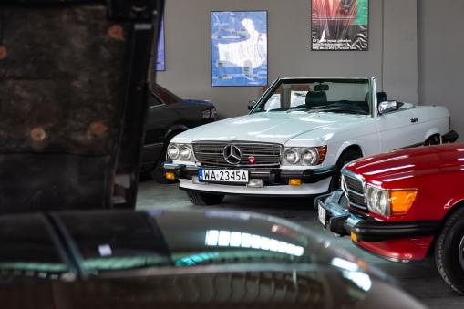Mercedesy chowają się za maską przepięknej Corvette C3.